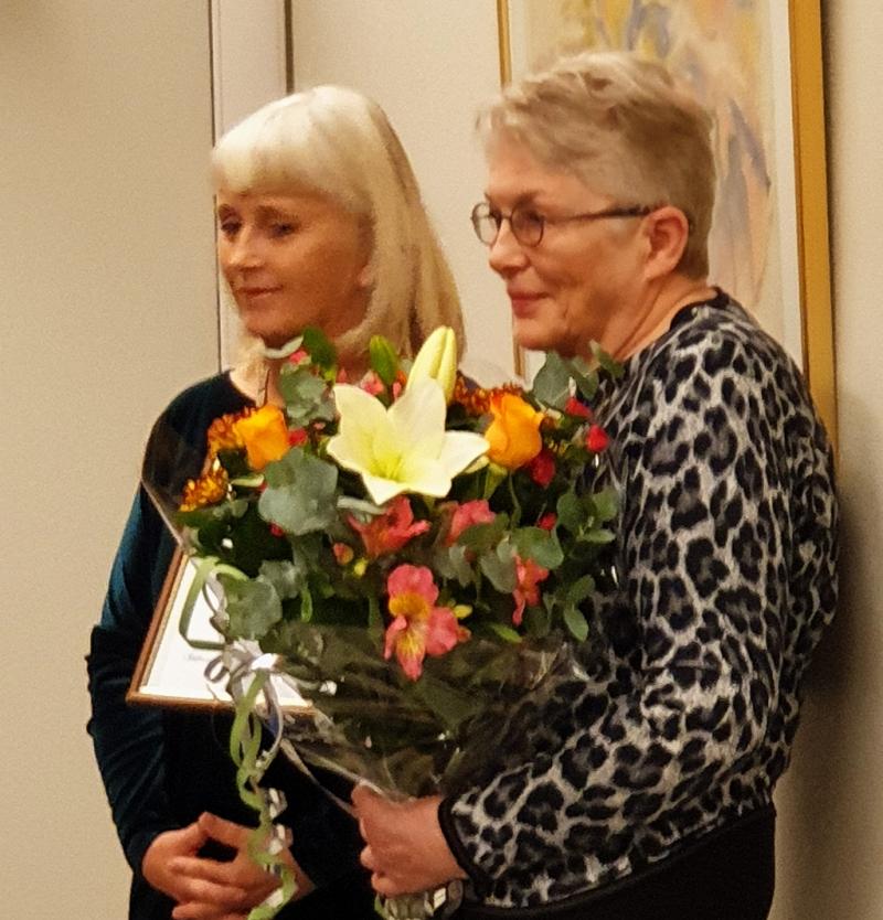 Svanhildur Kr. Sverrisdóttir formaður Hagþenkis og verðlaunahafinn Björk Ingimundardóttir.