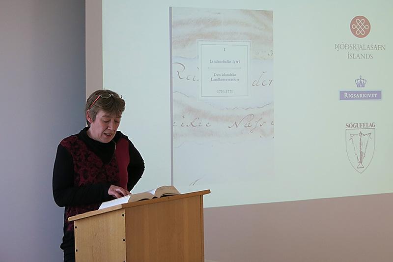 Jóhanna Þ. Guðmundsdóttir, annar ritstjóra bókarinnar, les upp eitt bréfanna í bókinni