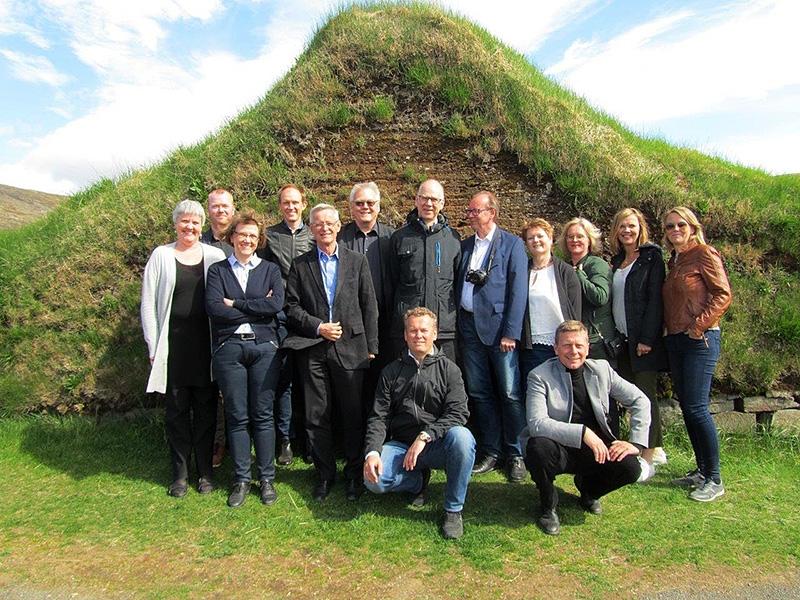 Ríkisskjalaverðir og aðstoðarmenn stilla sér upp fyrir myndatöku.
