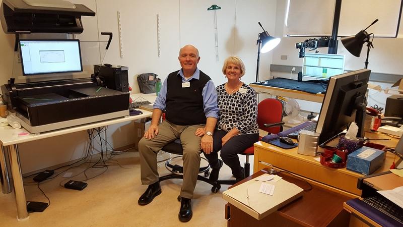 Terry M. Shepherd og Lillian Johnson Shepherd í vinnustofu sinni í Þjóðskjalasafni Íslands
