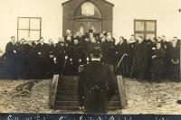 Hópur manna samankominn framan við stjórnarráðshúsið þegar fáni Íslands var dreginn að hún á fullveldisdaginn 1. desember 1918